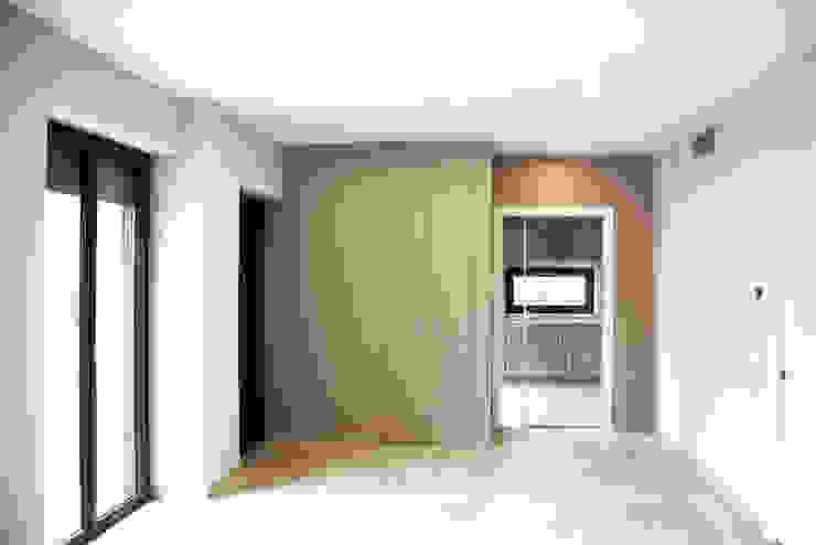 Pasillos, vestíbulos y escaleras de estilo moderno de Fabio Ricchezza architetto Moderno Cerámico