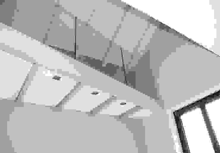 Salones de estilo moderno de Fabio Ricchezza architetto Moderno Madera maciza Multicolor