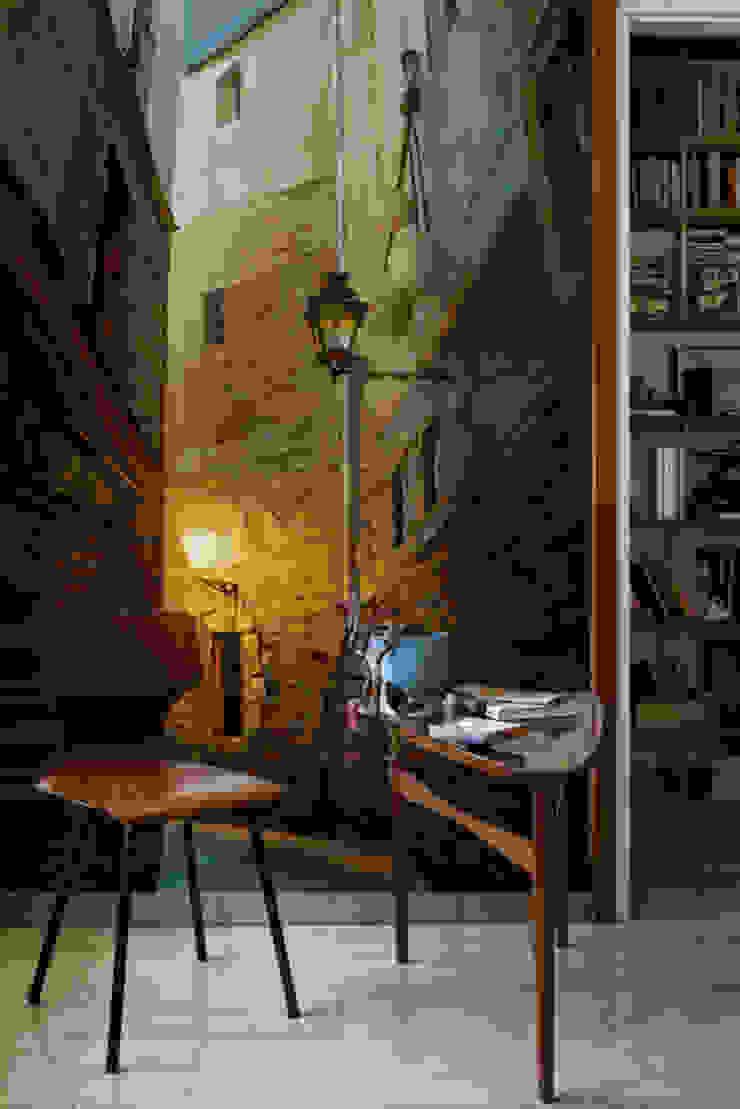 Dark Alley Oficinas y bibliotecas de estilo ecléctico de Pixers Ecléctico