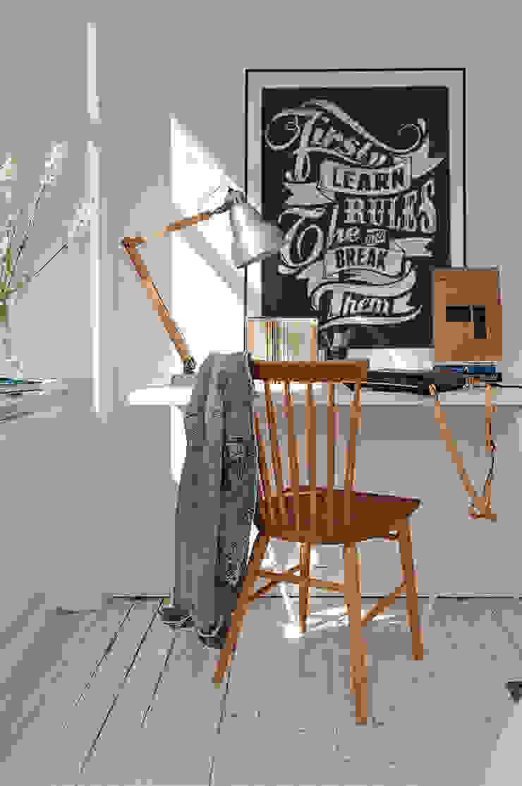 Rules Oficinas y bibliotecas de estilo moderno de Pixers Moderno