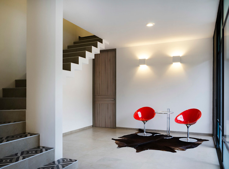 Modern corridor, hallway & stairs by VMArquitectura Modern Concrete