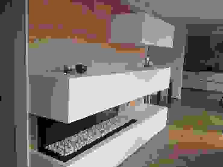 Chimenea de gas acabado en madera y blanco Salas de estilo moderno de CLAU21 INTERIORISMO Y CONSTRUCCIÓN Moderno Madera Acabado en madera