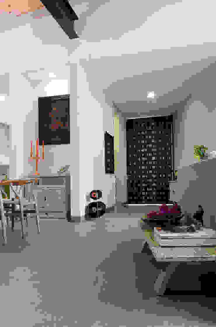 Casa Hornacina - VMArquitectura Pasillos, vestíbulos y escaleras modernos de VMArquitectura Moderno Concreto
