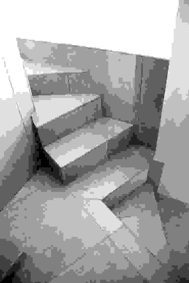 SCALA Ingresso, Corridoio & Scale in stile moderno di Fabio Ricchezza architetto Moderno Ceramica