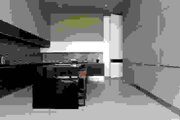 Modern kitchen by VMArquitectura Modern