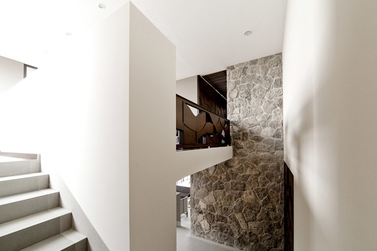 Modern corridor, hallway & stairs by VMArquitectura Modern کنکریٹ