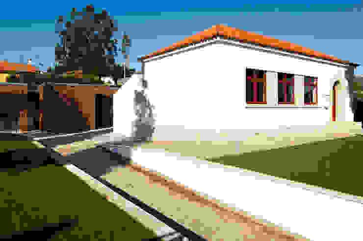 Residência de Investigadores do Centro de Estudos Mário Cláudio por Atelier 405 \ 405 architects Minimalista Madeira Acabamento em madeira