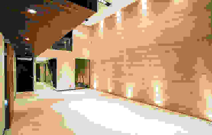 Satélite Pasillos, vestíbulos y escaleras modernos de Sobrado + Ugalde Arquitectos Moderno
