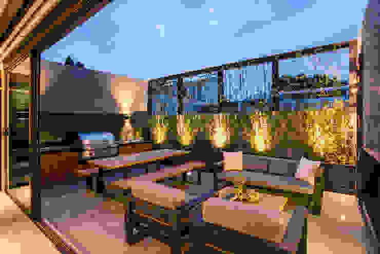 Sobrado + Ugalde Arquitectos Modern balcony, veranda & terrace