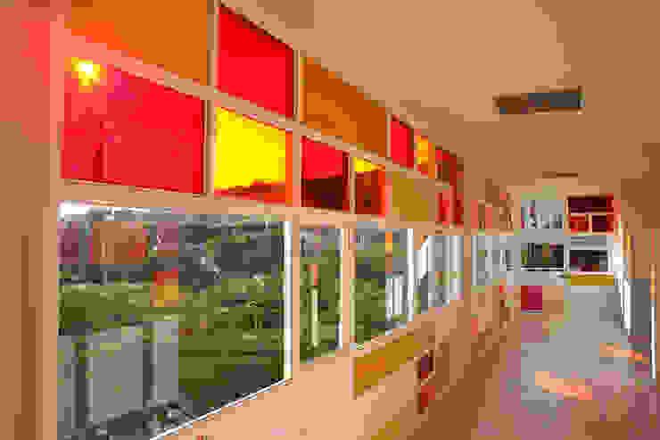 Kinder Kipling Irapuato - VMArquitectura Pasillos, vestíbulos y escaleras modernos de VMArquitectura Moderno Concreto