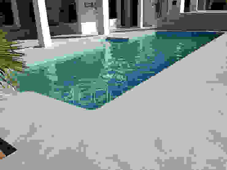 2 - Piscina e pavimento exterior em Microcimento cinza Piscinas modernas por 4Udecor Microcimento Moderno