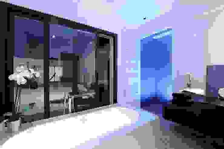 Rénovation d'une maison traditionnelle en maison moderne et luxueuse: Salle de bains de style  par Archionline, Moderne