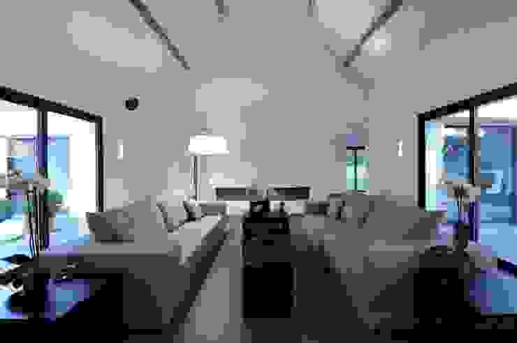 Rénovation d'une maison traditionnelle en maison moderne et luxueuse: Salon de style  par Archionline, Moderne