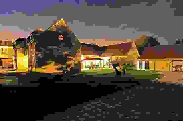 Rénovation d'une maison traditionnelle en maison moderne et luxueuse: Maisons de style  par Archionline, Moderne