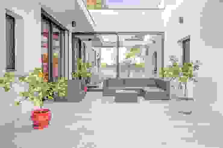 Balcone, Veranda & Terrazza in stile moderno di Archionline Moderno