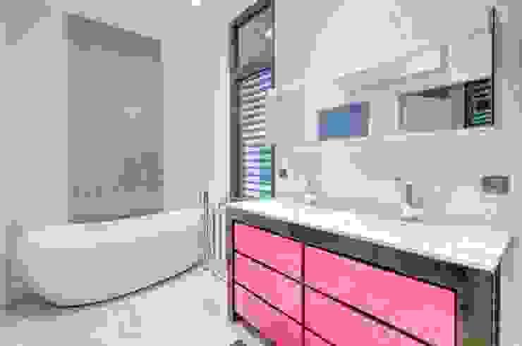 Construction d'une maison plain-pied spacieuse et luxieuse Salle de bain moderne par Archionline Moderne