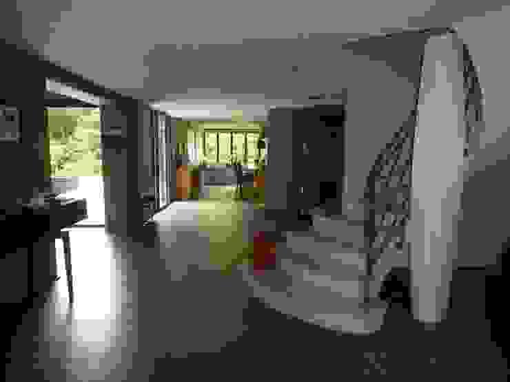 Коридор, прихожая и лестница в модерн стиле от Archionline Модерн