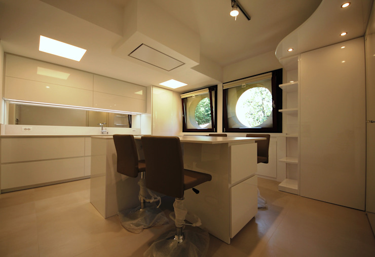Isola cucina e isola tavolo Cucina minimalista di Falegnameria Ferrari Minimalista