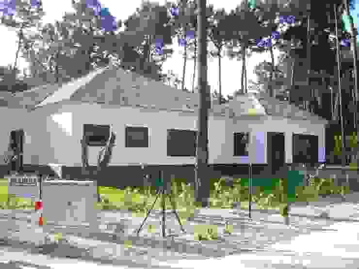 Construção de moradia e espaço envolvente ( jardins, piscina...) Casas modernas por Atádega Sociedade de Construções, Lda Moderno