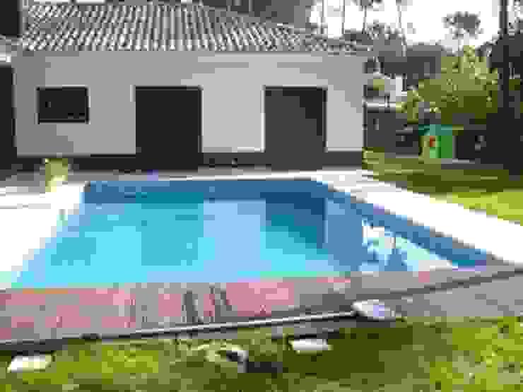 Construção de moradia e espaço envolvente ( jardins, piscina… ) Jardins modernos por Atádega Sociedade de Construções, Lda Moderno