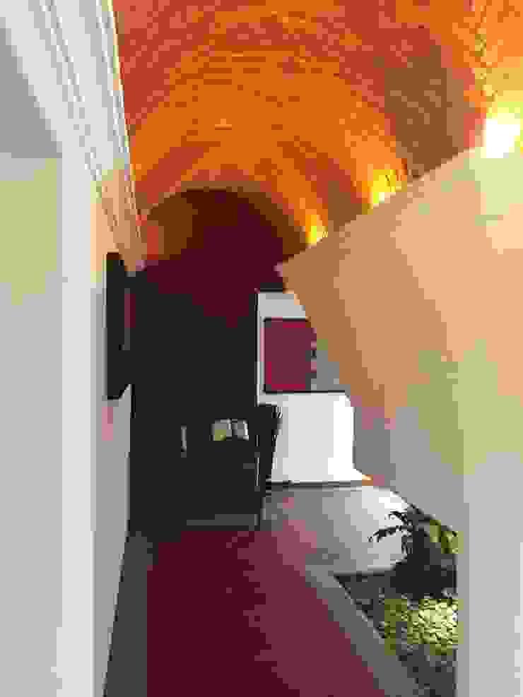 Corredores, halls e escadas modernos por AMG Arquitectura Integral Moderno Tijolo