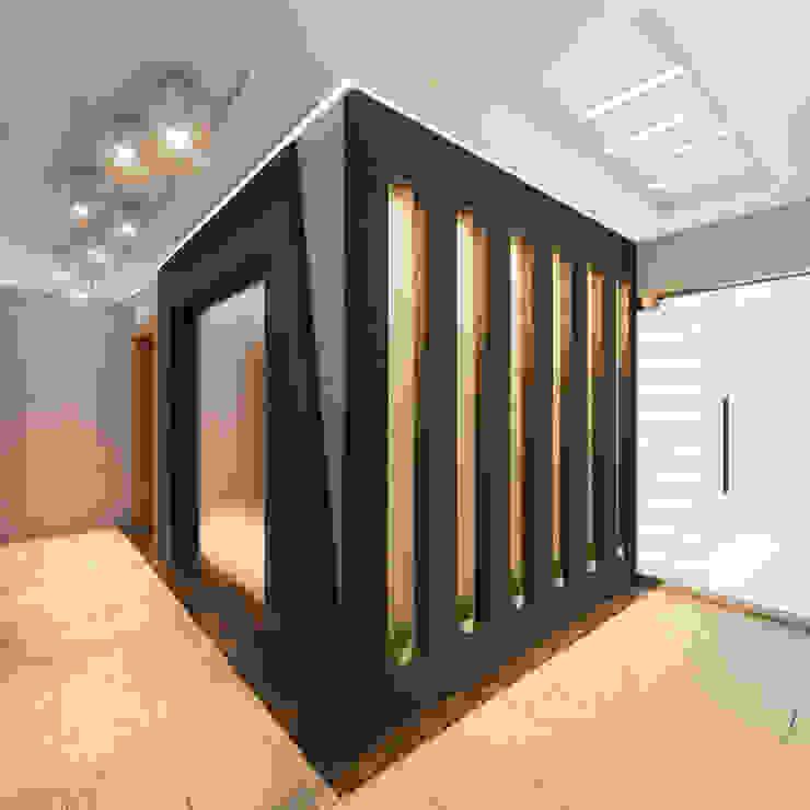 Pasillos, vestíbulos y escaleras de estilo moderno de MİNERVA MİMARLIK Moderno