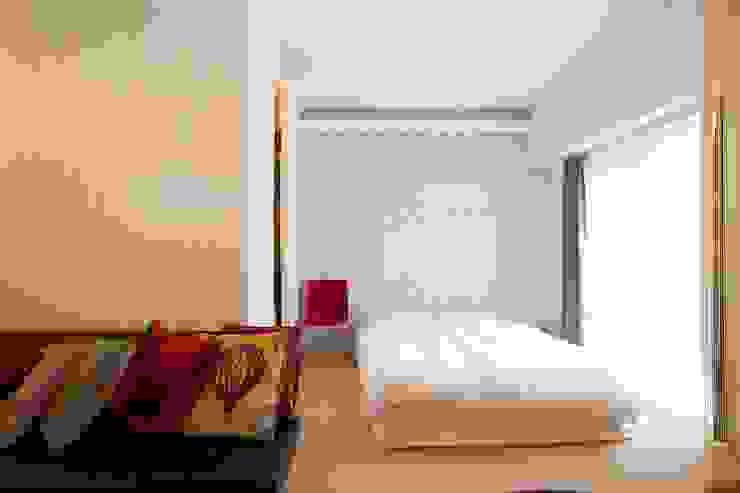 CABIN-ザイルの床、羽目板の部屋、レンガの壁 株式会社ブルースタジオ モダンスタイルの寝室