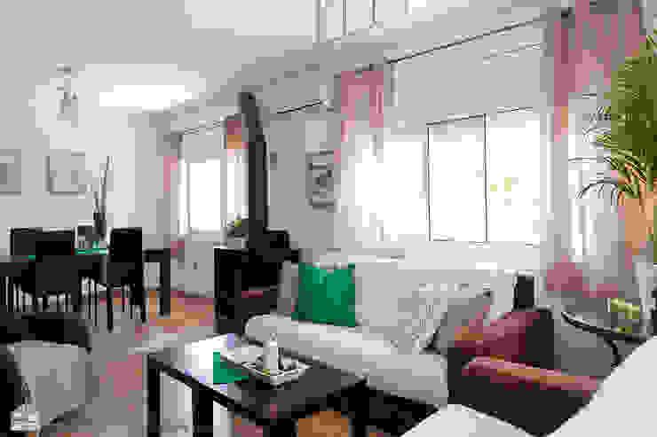 Salas / recibidores de estilo  por custom casa home staging