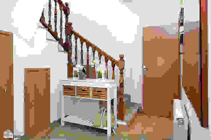 Pasillos, vestíbulos y escaleras de estilo mediterráneo de custom casa home staging Mediterráneo