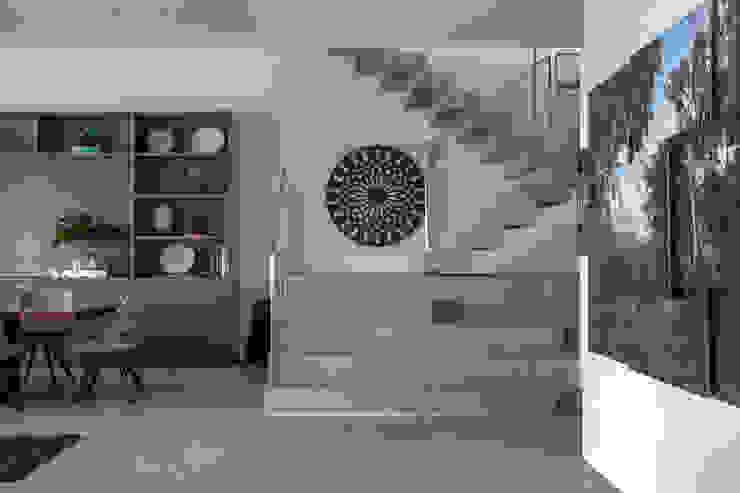 Pasillos, vestíbulos y escaleras de estilo moderno de Gisele Taranto Arquitetura Moderno