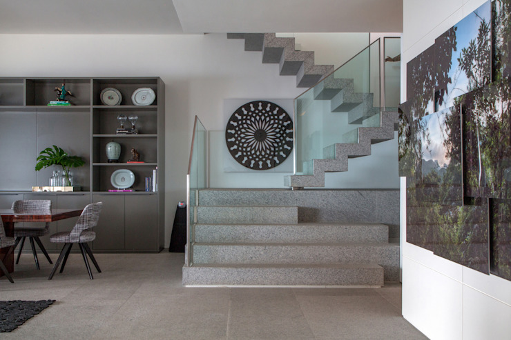 Modern corridor, hallway & stairs by Gisele Taranto Arquitetura Modern