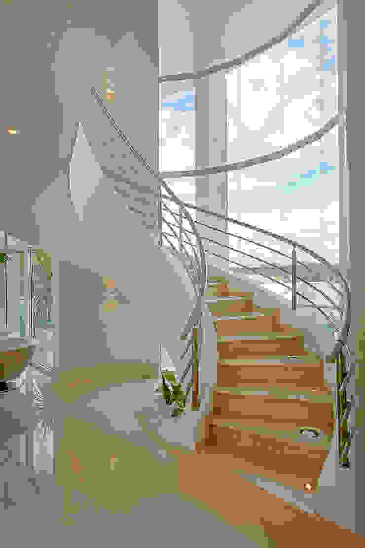 Pasillos, vestíbulos y escaleras de estilo moderno de Arquiteto Aquiles Nícolas Kílaris Moderno Mármol