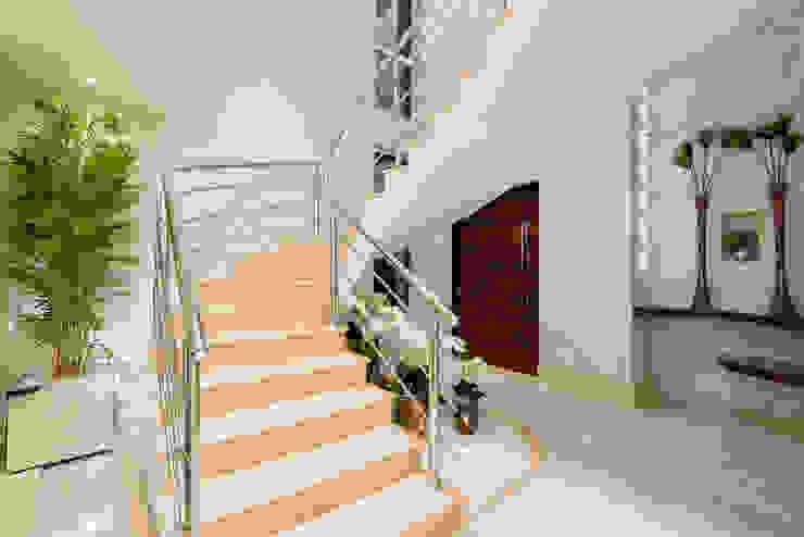 Pasillos, vestíbulos y escaleras de estilo moderno de Designer de Interiores e Paisagista Iara Kílaris Moderno Mármol