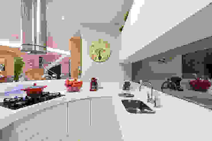 Cocinas de estilo moderno de Designer de Interiores e Paisagista Iara Kílaris Moderno Mármol