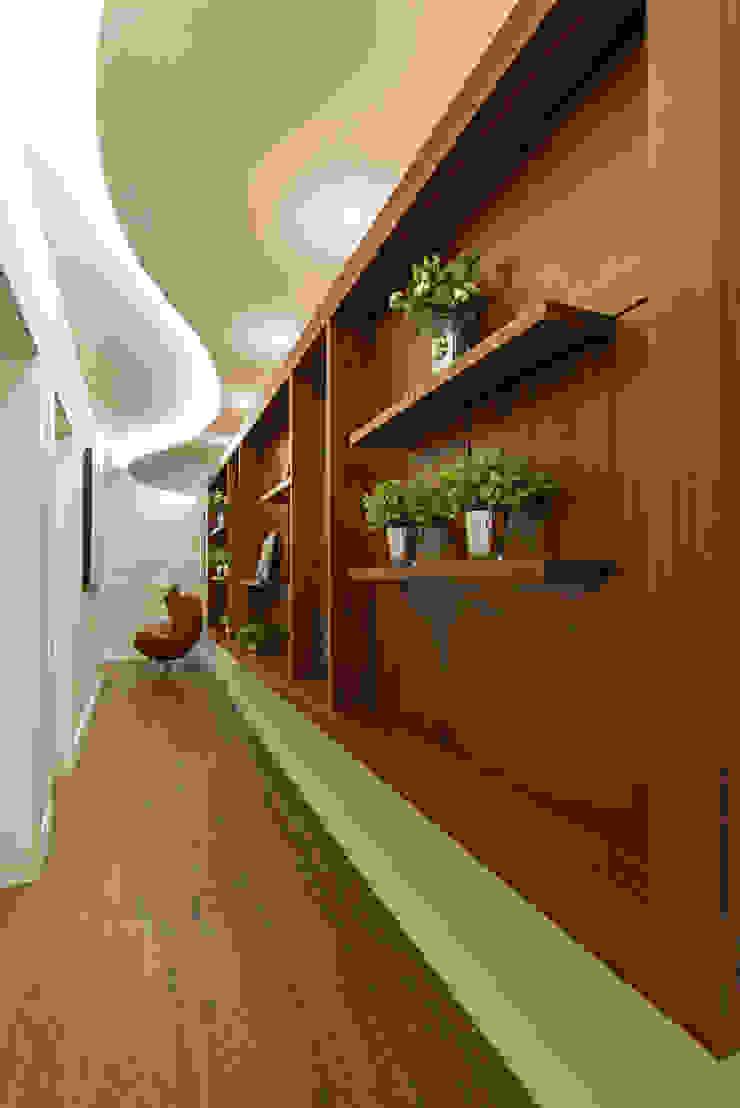 Pasillos, vestíbulos y escaleras de estilo moderno de Designer de Interiores e Paisagista Iara Kílaris Moderno Madera Acabado en madera