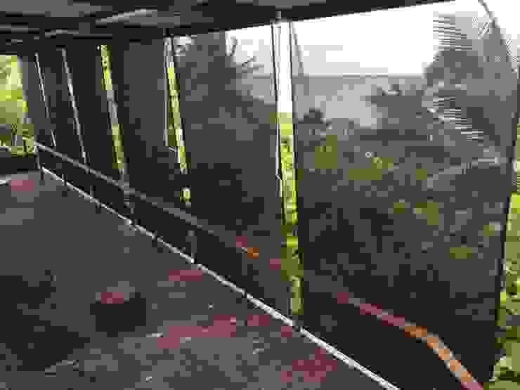 Toldos verticales con tela microperforada para exterior GAVIOTA de homify Mediterráneo