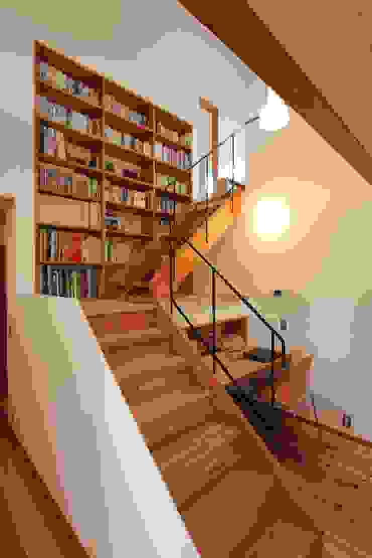 階段を利用した書斎兼書棚: 藤松建築設計室が手掛けたスカンジナビアです。,北欧