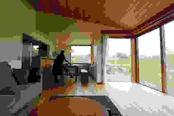 リビングよりダイニングを見る: 藤松建築設計室が手掛けたスカンジナビアです。,北欧
