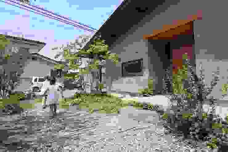 玄関アプローチ: 藤松建築設計室が手掛けたアジア人です。,和風