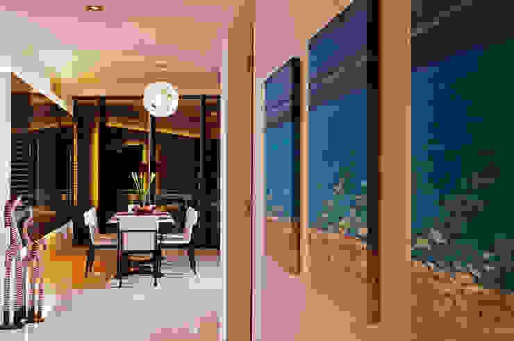 Retro Chic | CONDOMINIUM Eclectic corridor, hallway & stairs by Design Spirits Eclectic