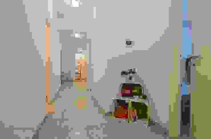 Modern Corridor, Hallway and Staircase by Flavia Case Felici Modern