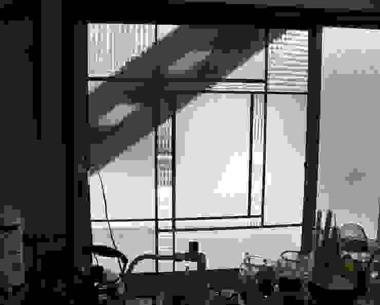 リサイクルでリノベーション: タラ工房が手掛けた現代のです。,モダン ガラス