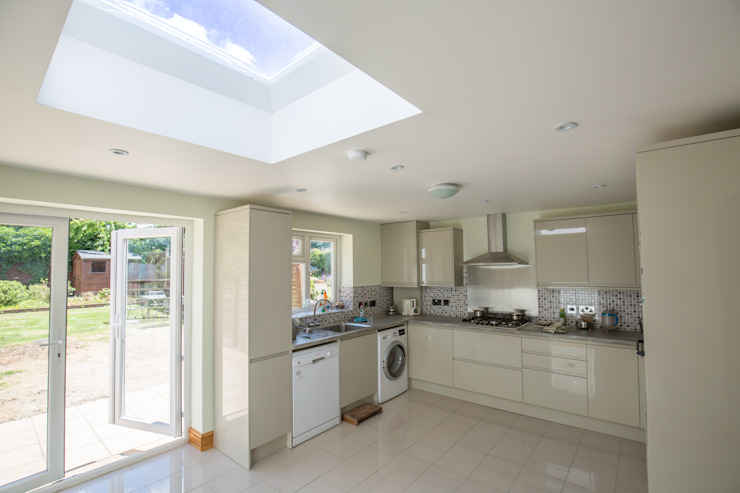 A brand new kitchen built into this extension Modern kitchen by The Market Design & Build Modern