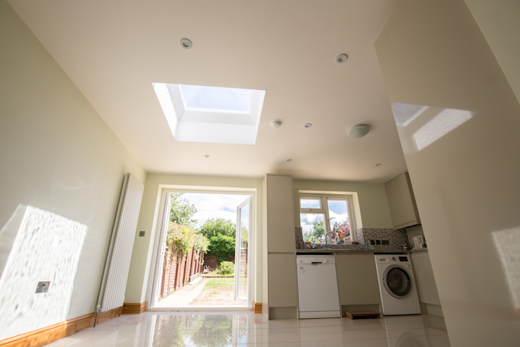 A light and airy kitchen Modern kitchen by The Market Design & Build Modern
