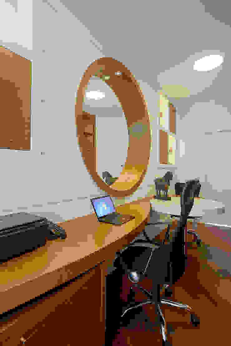 Bureau moderne par Arquiteto Aquiles Nícolas Kílaris Moderne Bois Effet bois