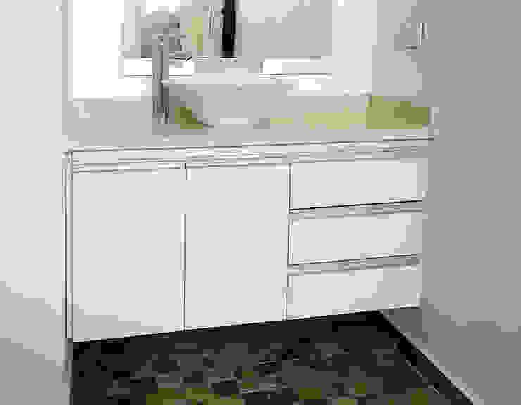 Muebles para lavamanos Baños de estilo moderno de Remodelar Proyectos Integrales Moderno Tablero DM