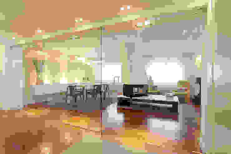 Remodelação T5 Picoas: Corredores e halls de entrada  por BL Design Arquitectura e Interiores,Moderno