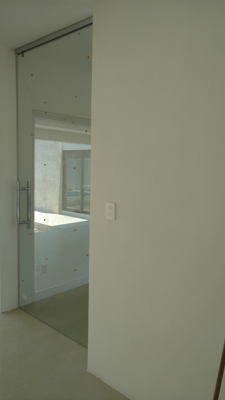 Puerta de cristal templado de Base cubica Arquitectos