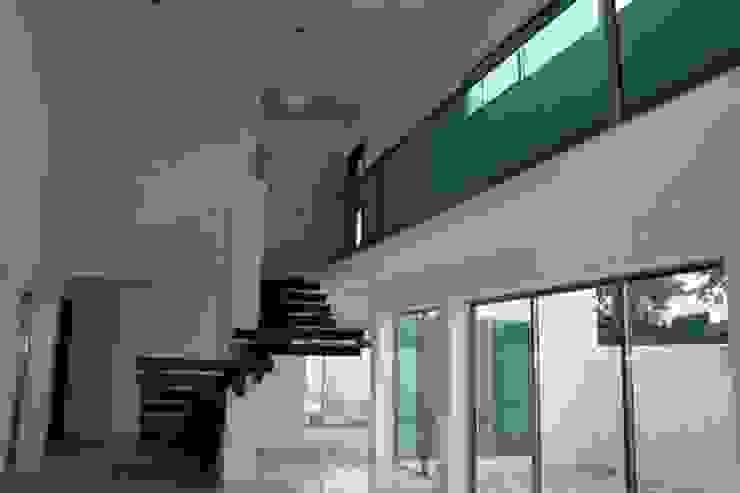Residencia NY Pasillos, vestíbulos y escaleras modernos de Base cubica Arquitectos Moderno