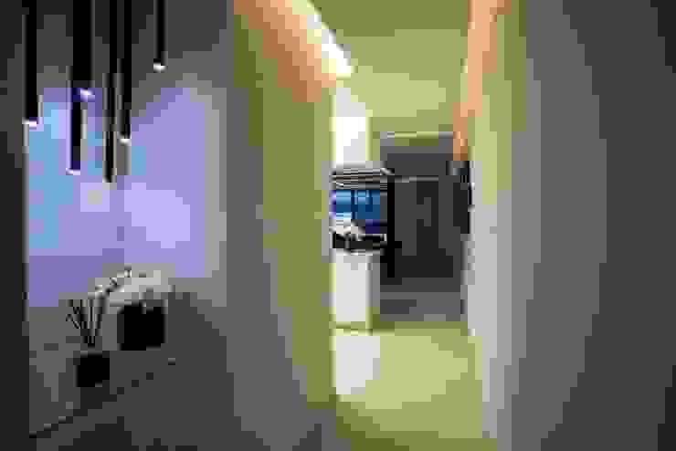 Pasillos, vestíbulos y escaleras de estilo moderno de HO arquitectura de interiores Moderno